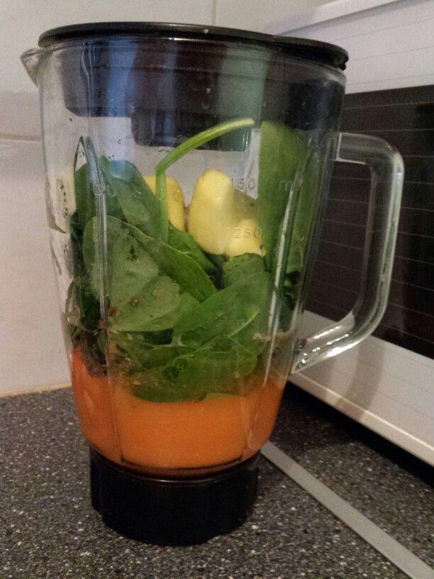 Gezonde smoothie van wortel, spinazie en appel met lijnzaad en chiazaad erdoor