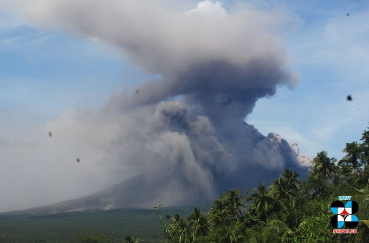 Mayon - pyroclastic flow of 30.01.2018 and ash cloud - photo Phivolcs In the Mayon, two collapses caused pyroclastic flows on January 30: the first at 11:51, in the Miisi drainage, was accompanied by a cloud of ash rising to 1,250 meters drifting southwest; two other flows followed in the Basud darinages and lasted until 12:09, with a cloud of ash drifting to the southwest. Whitish to light gray plumes were then continuously emitted; Sporadic ash emissions began at 17:11, followed by a slow…