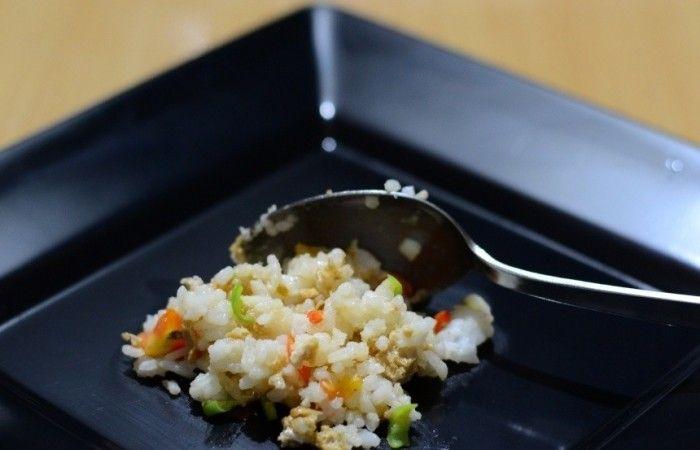 Жареный рис по-тайски http://mirpovara.ru/recept/3016-jarenyj-ris-po-tajski.html  Жареный рис по-тайски станет отличным гарниром и подарит пикантную вкусовую нотку и волшебный аромат...  Ингредиенты:  • Рис отварной - 350г. • Яйцо - 2шт. • Соевый соус - 2ст. л. • Рыбный соус - 2ст. л. • Лук репчатый - 1шт. • Чеснок - 2зуб. • Помидоры - 1шт. • Перец чили  - 1шт. • Кинза - 1пуч. • Лимон - 1шт. • Соль - по вкусу • Перец черный молотый - по вкусу  Смотреть пошаговый рецепт с фото, на странице…