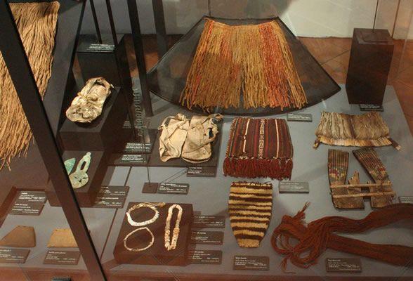Changos - Vestimenta pescadora Faldellín,sandalias,tocados de pluma,fajas ,collares y pulseras de cuentas de concha.