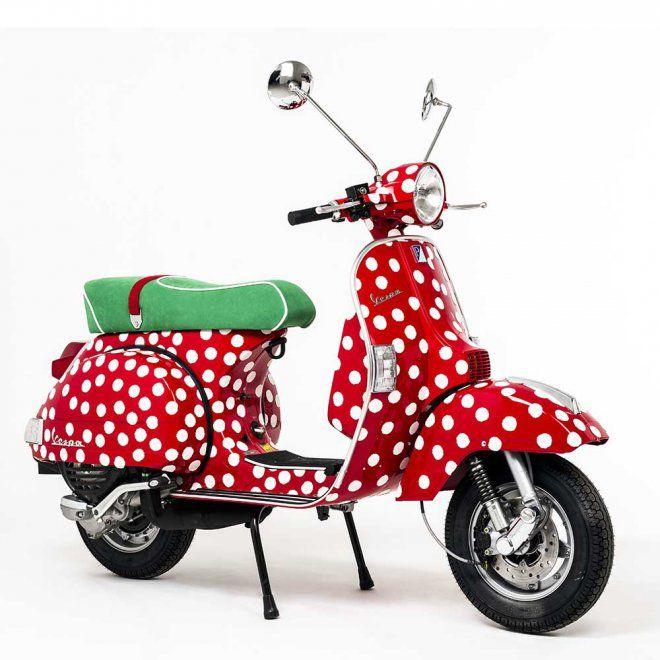 Vespa habillé de tissu Alcantara à petits pois blancs sur fond rouge crée par Paola Navone