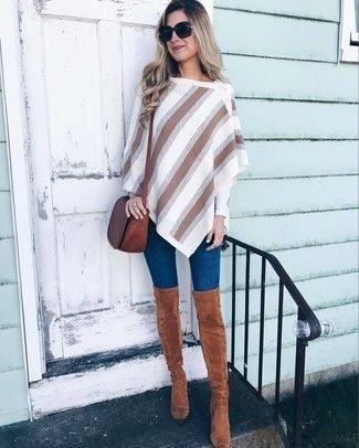 Die Kombination von einem weißen vertikal gestreiften Poncho und dunkelblauen engen Jeans erlaubt es Ihnen, Ihren Freizeitstil klar und einfach zu halten. Ergänzen Sie Ihr Look mit braunen Overknee Stiefeln.