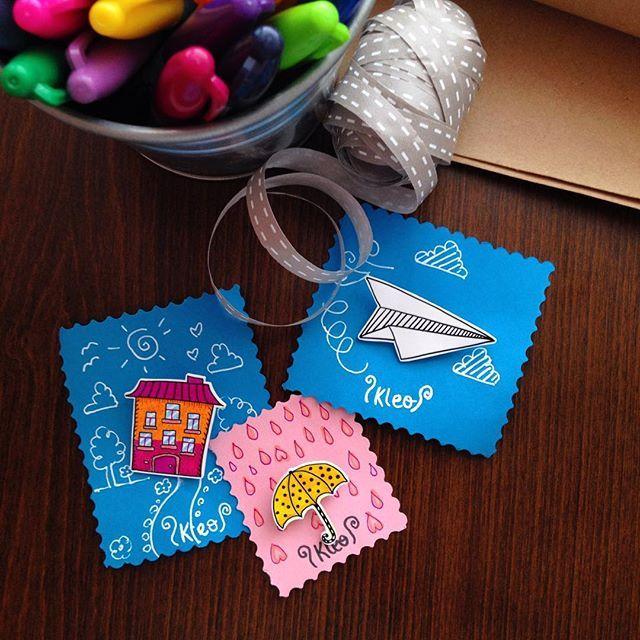yolculuğa hazır Kleo'lar☁️☔️they are about to travel to a new home #kleodesign #brooch #handmade #handdrawing #handcrafted #çizim #elyapımı #broş #yakaiğnesi #paperplane #umbrella #art #craft #papercraft #accessories #jewelry #shrinkplasticjewelry #shrinkplasticart #doodle #happy #mutluyumçünkü