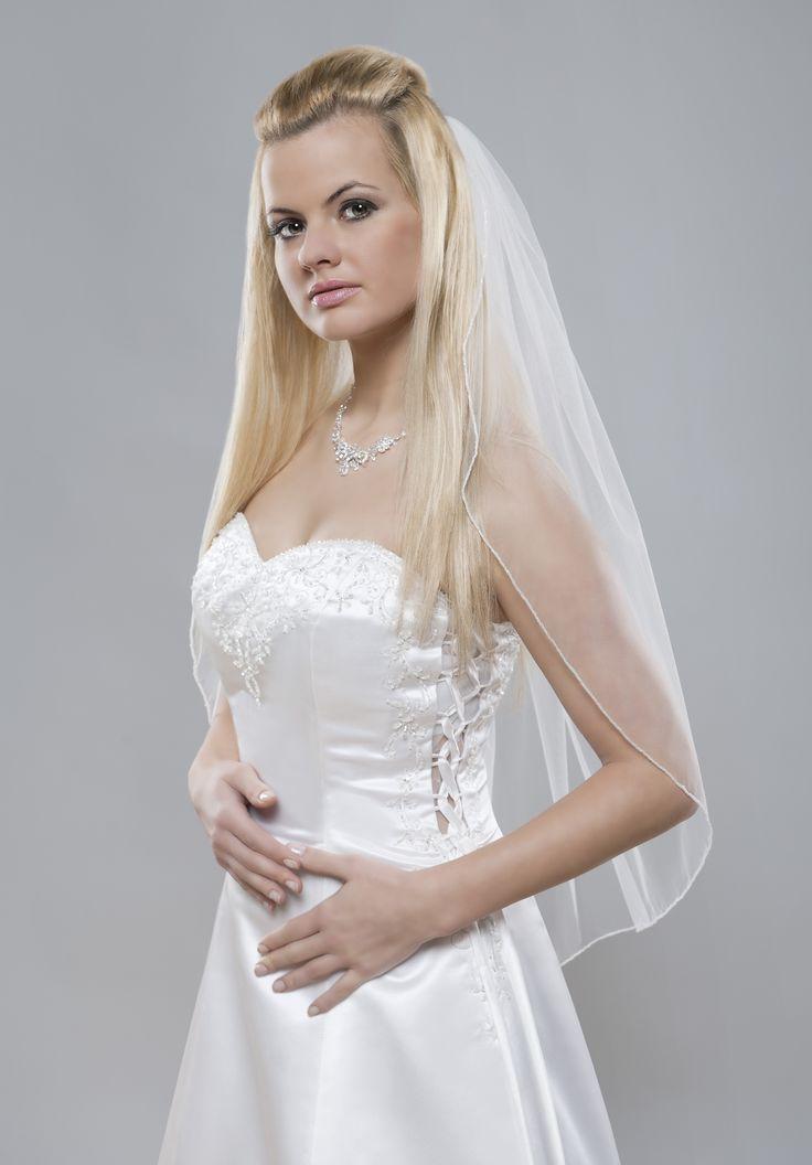 Jemný svadobný závoj z kolekcie Glamour nechá vyniknúť najmä Vašu krásu, šaty a iné doplnky.