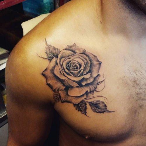 Tatuaje de una rosa en entre el pecho y el hombro. Artista.