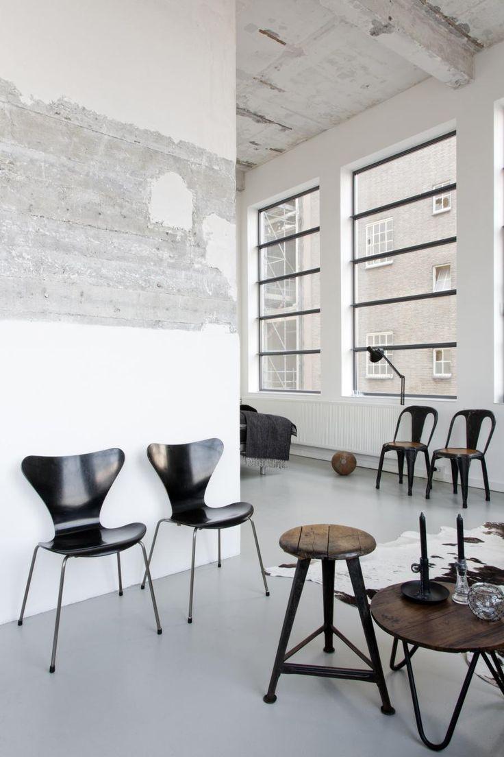 ELSKER SVART: Renee elsker sorte stoler. Arne Jacobsens 7-serie, Tolixstoler og en krakk fra nettet. Foto: Raul Candales Franch/IDECORimages.com
