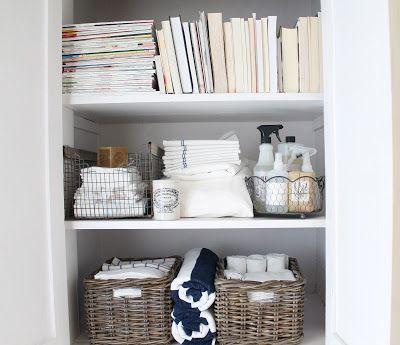 12 и белого: бельевой шкаф {небольшое пространство для хранения}