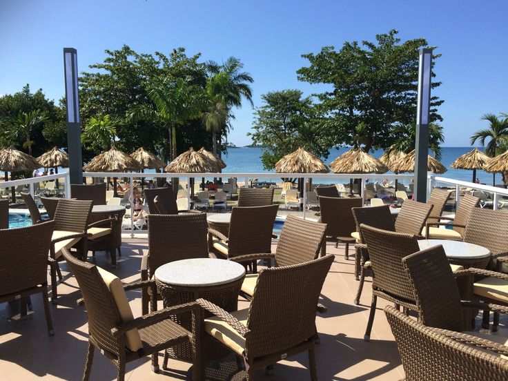 Bar met terras bij het zwembad