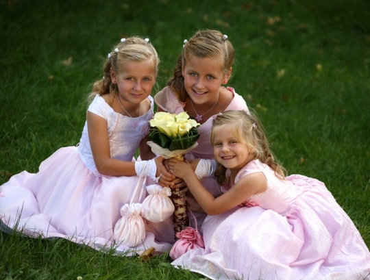 Дети на свадьбе: платье для подружки невесты.  http://www.domashniy.ru/article/svadba/platya/deti_na_svadbe_plate_dlya_podruzhki_nevesty.html