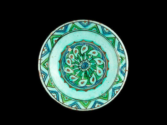 Iznik pottery Dish Turkey, 17th Century 25 cm. diam.