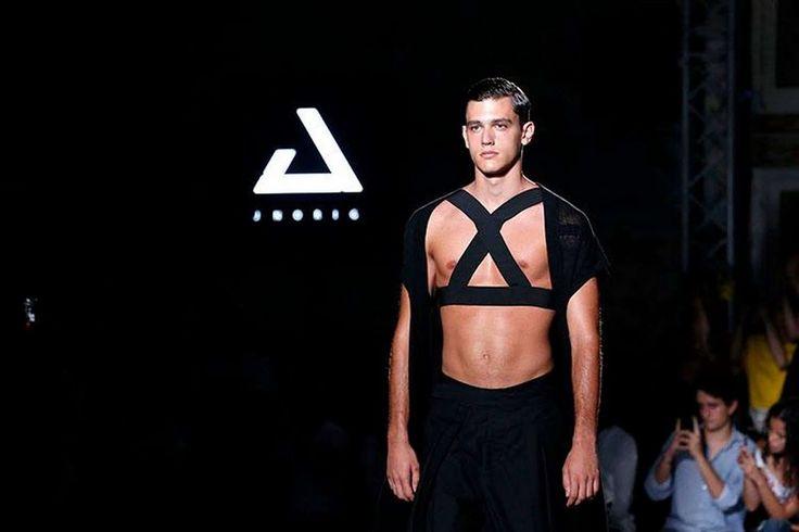 El presagio de una primavera en total black se apodera de la colección Spring-Summer 2018 de JNORIG durante su presentación en la semana de la moda de Barcelona