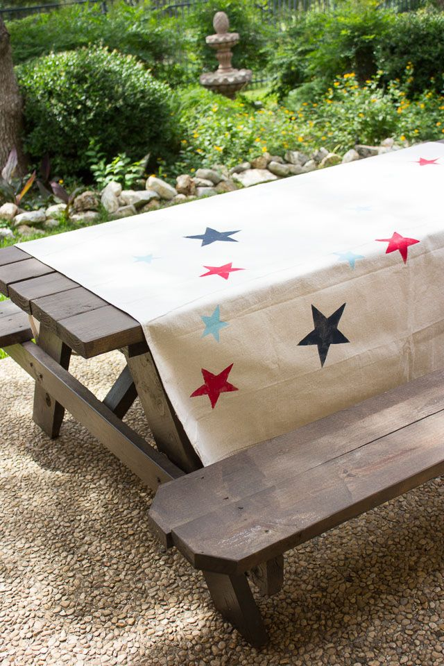 #DIY this patriotic picnic blanket with #marthastewartcrafts paints! #12monthsofmarthaTables, Diy Piquenique, Dropcloth Crafts Painting, Diy Tablecloth, Diy Picnics, Marthastewartcrafts Painting, Clothing Stencils, Drop Clothing, Painters Dropcloth Crafts