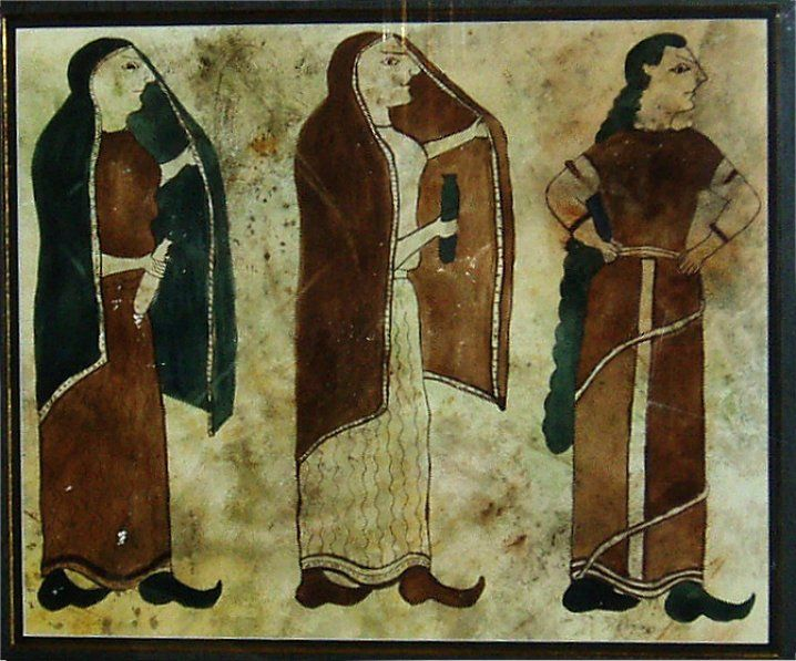 Etruscan: Etruscan women wearing distinctive pointed-toe shoes and close-fitting tunic resembling the  Greek Chitons.