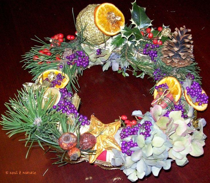 Corona con frutto d'oro, bacche viola, arance e stella