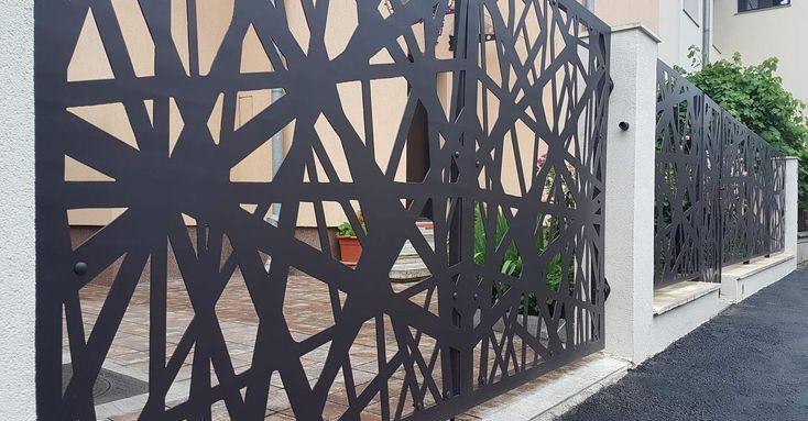 gard cu poarta batanta si soclu din beton cu panouri otel perforat
