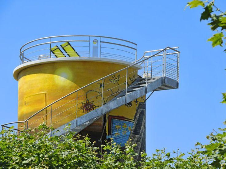 Dormir dans un ancien château d'eau ? C'est possible dans le #Gers, à Lagraulet !  #HébergementInsolite #TourismeGers #VacancesOriginales