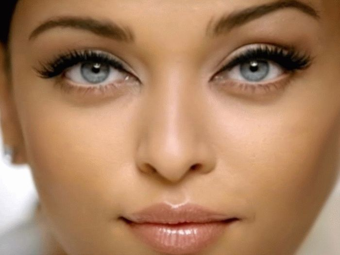 Aishwarya Rai. It's all about the eyes with Indian women ...