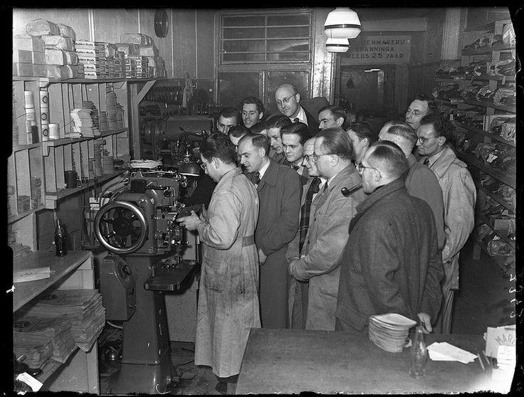 Schoenmakers op excursie in Schoenmakerij Spanninga, Haarlemmerdijk 76, Amsterdam 29 maart 1950. Foto: Ben van Meerendonk