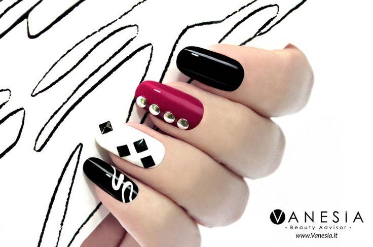 Con la bella stagione crollano le inibizioni ed esplode la voglia di colore. Per le #unghie è tempo di dare il via libera alla creatività. #unghie #nail #nailart