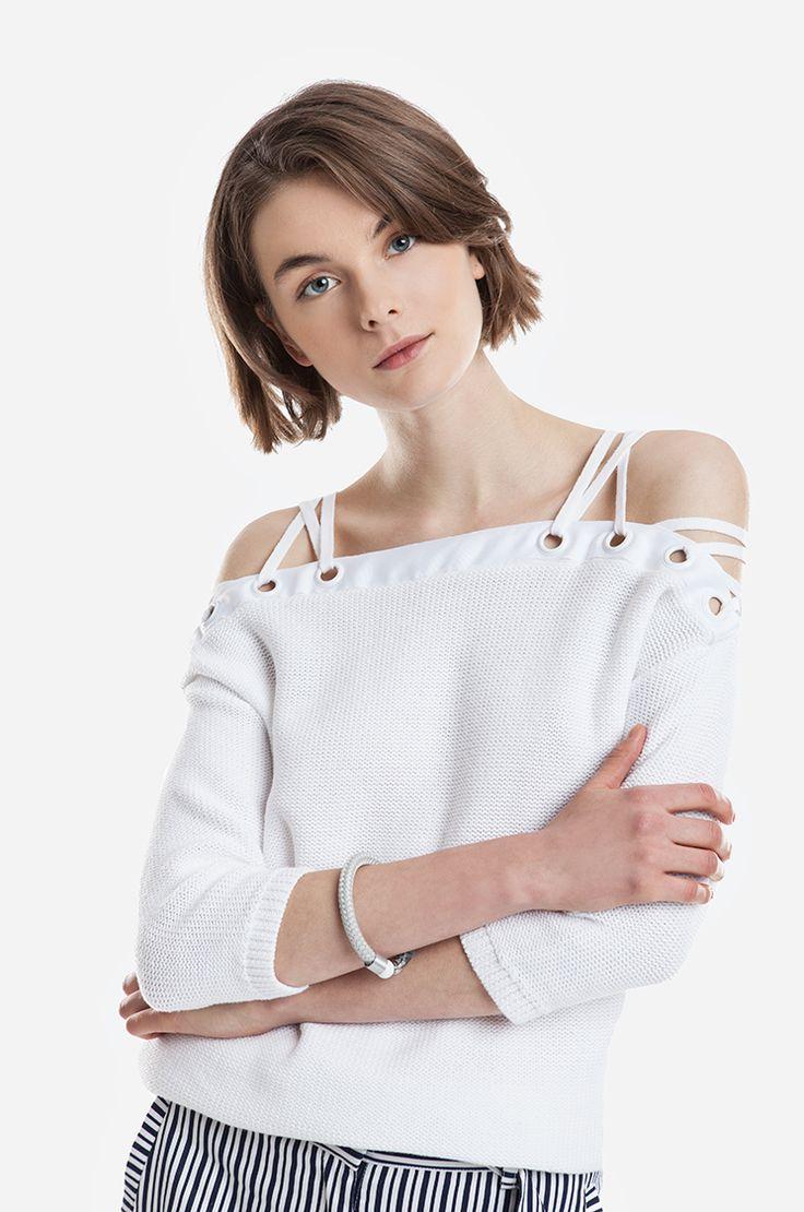 Bawełniany sweter o regularnym splocie. Szeroki dekolt, z przeplatanym sznurkiem.  Modelka ma 178 cm wzrostu i prezentuje rozmiar 36.