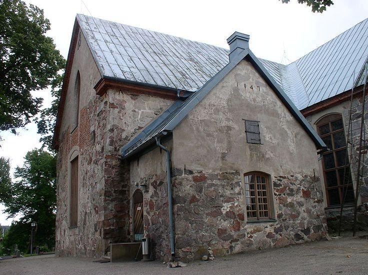 Kirkkonummen keskiaikainen kivikirkko sijaitsee Kirkkonummen keskustassa. Kirkon rakentaminen on ilmeisesti aloitettu 1400-luvulla.Jatkosodan jälkeen Kirkkonummen kirkko oli pois käytöstä alueen kuuluessa Neuvostoliitolle.Porkkalan vuokra-aikana vuosina 1944-56 kirkkoa käytettiin mm.upseerikerhona ja varastona. Kirkko oli neuvostoliittolaisten jäljiltä hyvin huonossa kunnossa.Kirkon korjaaminen aloitettiin heti alueen palauduttua Suomelle. Kirkon sisus uusittiin kokonaan.