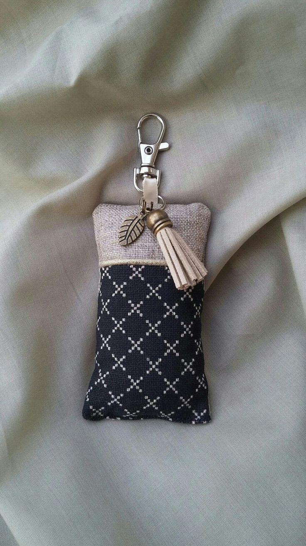 Porte clés, bijou de sac tissu, lin et passepoil or : Porte clés par justinfil