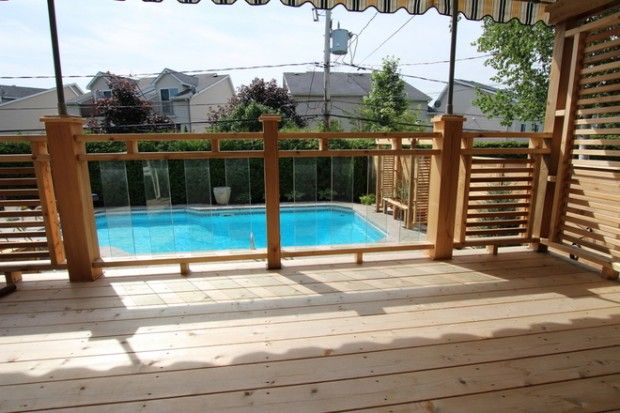 Insertion de verre qui permet de bien voir la piscine.  Rampe de cèdre avec verre trempé - PATIOS EN BOIS