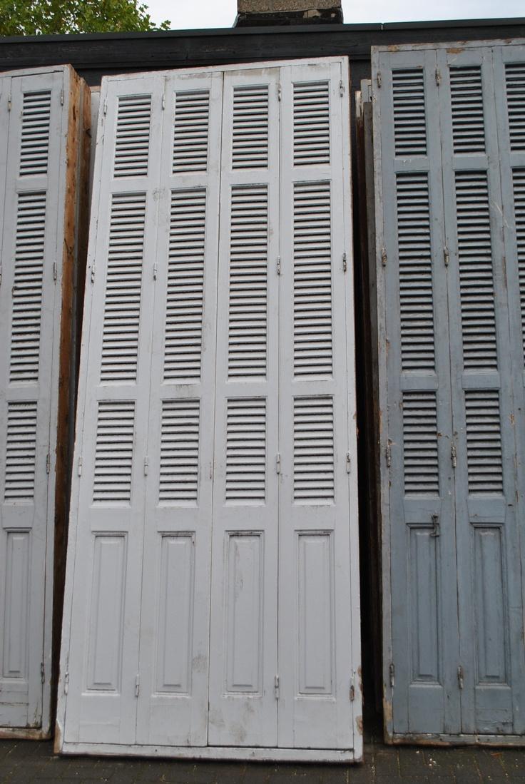 Antieke witte louvre deuren / luiken Zeer fraaie antieke witte louvre deuren / luiken met raamwerk aan de binnenkant. De deuren hebben een hoogte van 3.40 meter en de breedte is 1.20 meter  www.vintage-design-meubels.nl