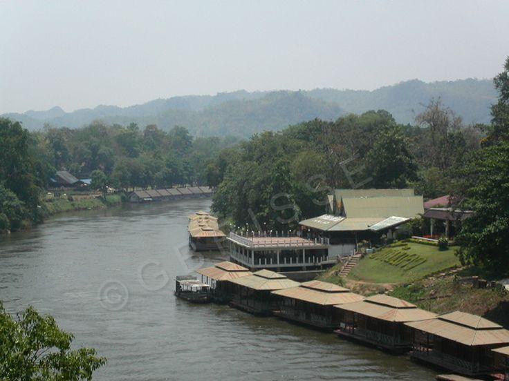 """Thaïlande - Promenade en train sur la """"Voie ferrée de la mort"""" et sur le pont de la rivière Kwai."""