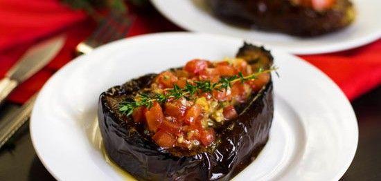 Een lekker koolhydraatarm voorgerecht, een gebakje van aubergine en tomaat. Dit is een heerlijk vegetarisch recept met aubergine, tomaat en Parmezaanse kaas.
