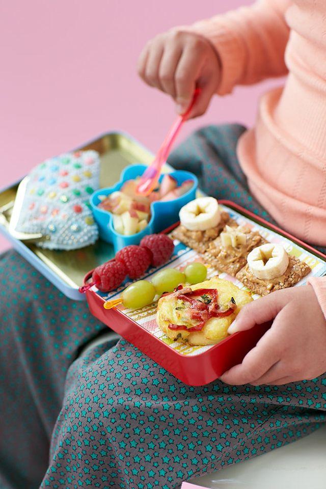 Leg med formerne på frugt og grøn. Frugtspyde og grøntsagsstænger er altid et hit #madpakke #inspiration