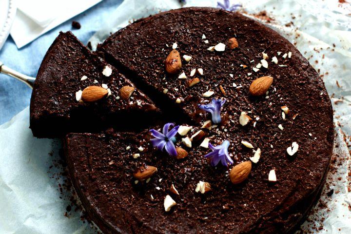 Gott Nytt Grönt År! Jag inleder året med ett recept på en hirskaka med choklad och mandlar. Helt magiskt god och naturligt glutenfri, sötad med dadlar och banan istället för socker. Hirs och kakao gifter sig fantastiskt gott och det bara smälter i munnen! En grön chokladkaka för alla er som har hälso- eller kostrelateradeRead more