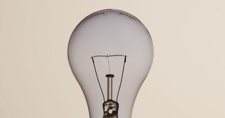Como fazer as lâmpadas piscarem. Existem várias maneiras de fazer uma lâmpada comum piscar. Construir um circuito simples para fazer luzes de LED piscarem é uma opção ou então usar um dispositivo especial criado para fazer esse efeito nas lâmpadas incandescentes. Alguns controles de soquete usam um interruptor normal para fazer a lâmpada piscar. Pinos pisca-pisca são colocados ...