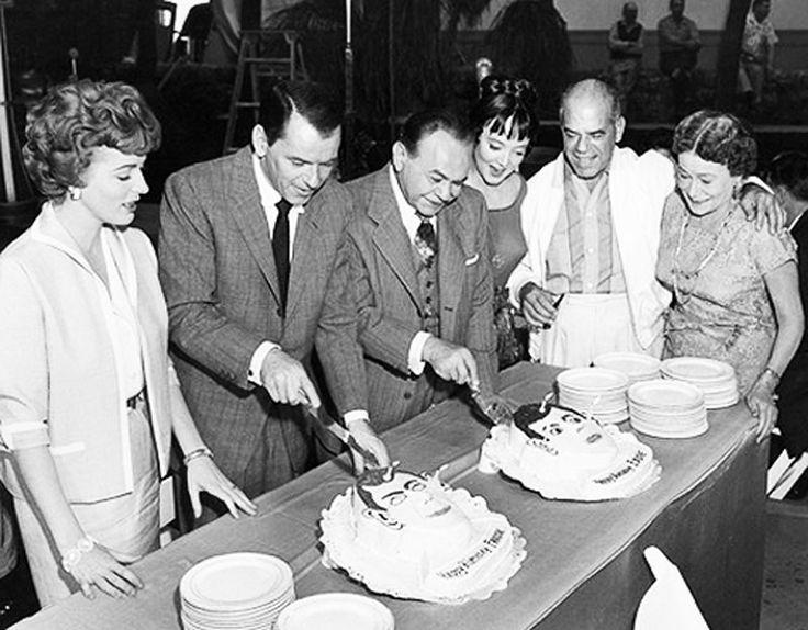Eleanor Parker, Frank Sinatra, Edward G. Robinson, Carolyn Murphy, Frank Capra, y Thelma Ritter probando el pastel de cumpleaños de Frank y Eddie en el rodaje de Millonario de Ilusiones (1959)
