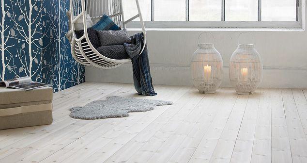 Hvitpigmentert gulv gir et luftig og mykt inntrykk.