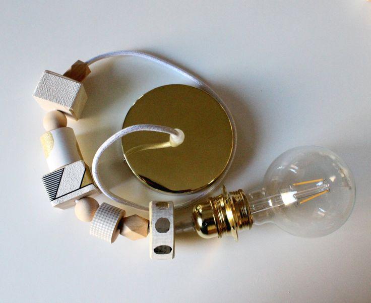 Lampada a sospensione 1001, in metallo color ottone con attacco vintage e decori…