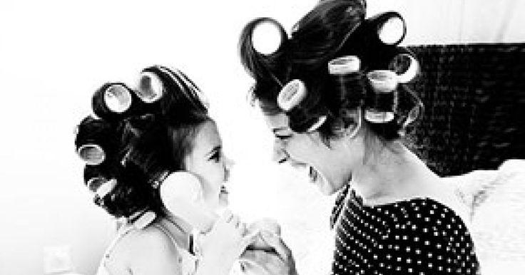 El amor entre una madre y sus hijos es uno de lo más fuerte que puede existir en este mundo. Pero la relación madre e hija rebasa cualquier cosa. Debido a esta relación tan especial que tienen las madres y las hijas, algunos de los hábitos y formas de ser son aprendidos por la hija. Desde como hablar hasta como vestirse. Con estas 22 fotografías queremos conmemorar ese increible lazo que existen entre ellas.