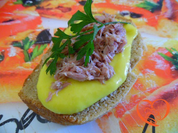Bruschette con maionese al mango e tonno http://www.cuocaperpassione.it/ricetta/d8371f4c-9f72-6375-b10c-ff0000780917/Bruschette_con_maionese_al_mango_e_tonno