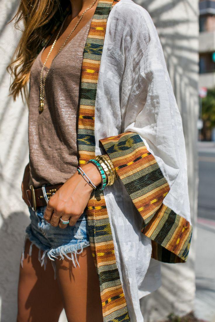 Look com kimono com estampa étnica.