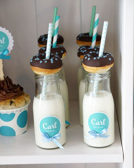 Milchflaschen mit Mini-Donuts on Top