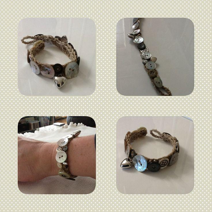DIY Armband met parelmoer knopen, gemaakt met knopen van Ben's moeder.