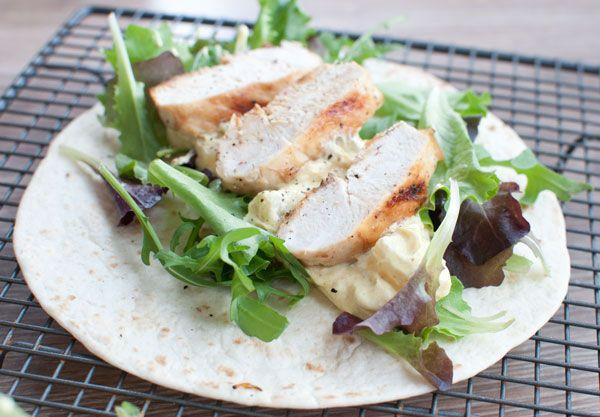 Wraps met gegrilde kip en kerriesaus; een lekkere lunch die makkelijk is om mee te nemen. Handig om mee te nemen als je niet thuis luncht!