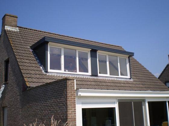 Bij de installatie van een dakkapel kunnen we zelfs rolluiken voorzien. Ook kunnen we de afwerking aan de binnenzijde op ons nemen. Denk maar aan het plaatsen van gyprocwanden.