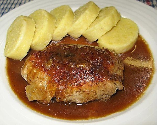 Plátky vepřové kýty potřené česnekem, pokladené anglickou slaninou a kysaným zelím, zamotané do tvaru závitků, zprudka opečené, pak podušené, nakonec dopečené v troubě doměkka.
