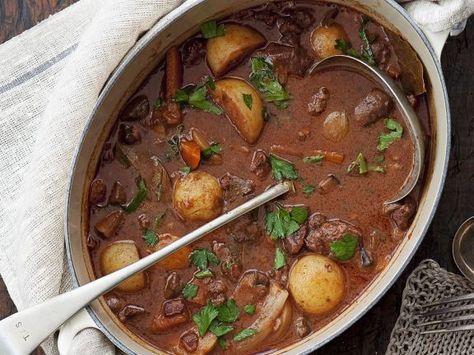 Geschmortes Rindfleisch in Rotweinsoße (Boeuf Bourguignon) ist ein Rezept mit frischen Zutaten aus der Kategorie Rind. Probieren Sie dieses und weitere Rezepte von EAT SMARTER!