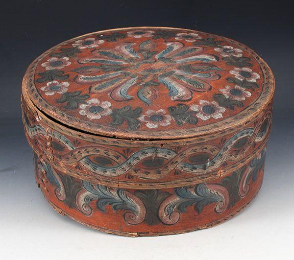 Rosemalt ask, 1800 tallet. D: 35 cm. Lokk med skader. Prisantydning: ( 1500 - 2000) Solgt for: 2800