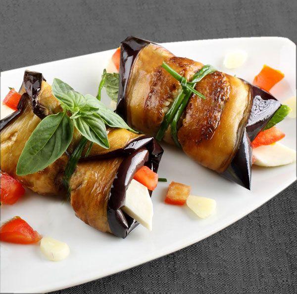 Con esta receta de rollitos de berenjenas, tomate y queso, preparas al minuto un plato muy especial, que puede servirse caliente, templado o frío.