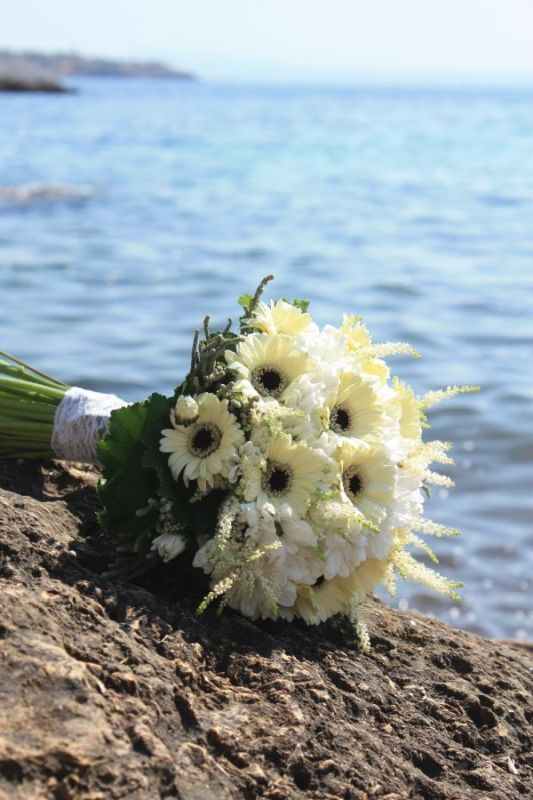This stunning bridal bouquet is perfect for your beach wedding. Colors: white, yellow. Design by Flor de Flors Mallorca