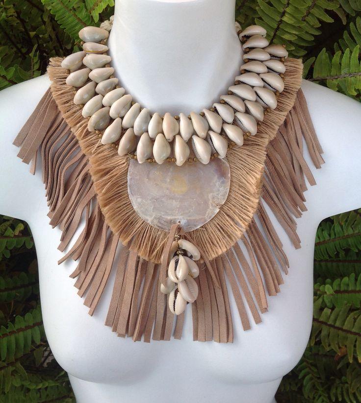 Collar babero estilo boho realizado con materiales naturales. Pieza única