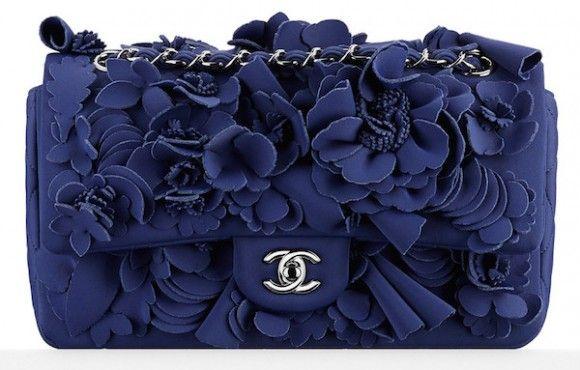 Bolsa Chanel flap bag azul da coleção Cruise 2015 da maison francesa, todinha de neoprene e aplicações de flores do mesmo material, arrematada por US$ 10 mil em leilão beneficente, por Leo Di Caprio para sua mãe. <3